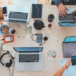 formation au web et au numérique sur des ordinateurs portables en entreprise.